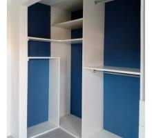 Гардеробная система для спальни, цвет - сочетание яркого синего и холодного белого, стиль - современный