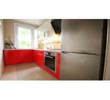 Кухня с красными фасадами, стиль - современный